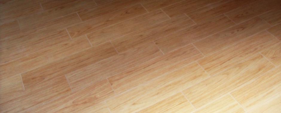 Dettaglio rivestimento pavimento con gres porcellanato finto legno