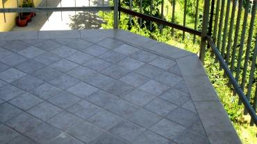 Dettaglio angolare di pavimentazione terrazza con gres porcellanato 15×15