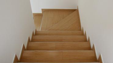 Rivestimento scala con gres porcellanato finto legno